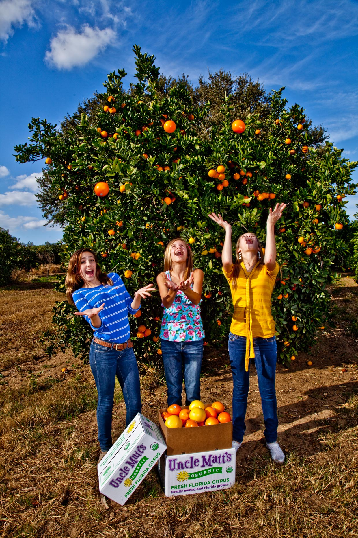 Lifestyle Photography | Girls juggling fresh florida oranges